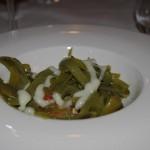Judía verde salteada con ajo seco, tomate y cebolla asada y lasca de patata confitada, jugo de tomate y crema de patata.