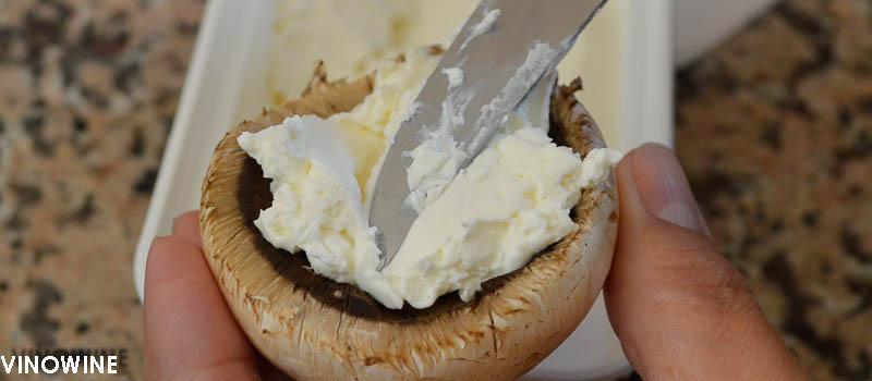 Rellena con el queso cremoso de untar