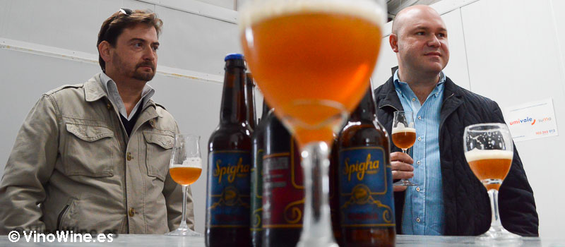 José Enrique y Jose atienden a Toni de cerveza artesanal Spigha