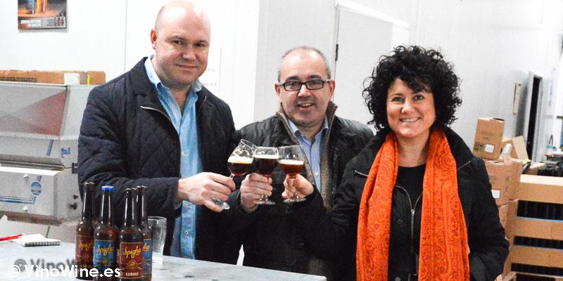¡Salud! Ana y Jose brindan con Toni con cerveza artesanal Spigha