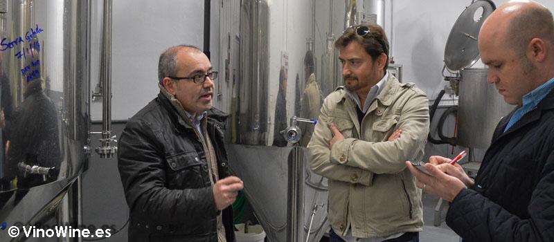 Toni Alós explica a José Enrique y Jose la elaboración de cerveza artesanal Spigha