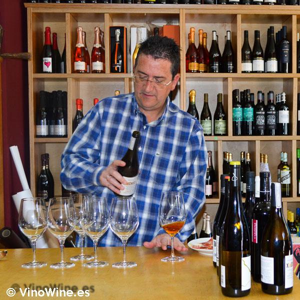Toño de la tienda de vinos El Ricón del Arpa en Tarazona