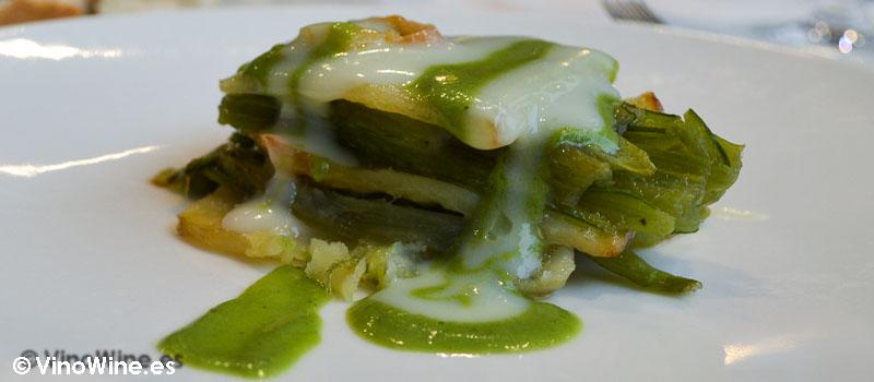 Láminas de patatas confitadas en aceite de codillo de jamón con tallos de borrajas y sus cremitas de Restaurante 33 en Tudela