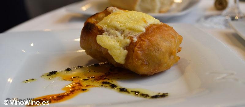 Pencas de acelga rellenas de jamón ibérico y velouté de hongos con salsa holandesa en pomada de Restaurante 33 en Tudela