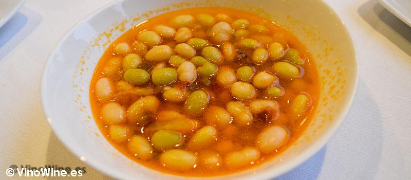 Pochas de Tudela a la forma tradicional con espinacas y piparras jovenes encurtidas de Restaurante 33 en Tudela