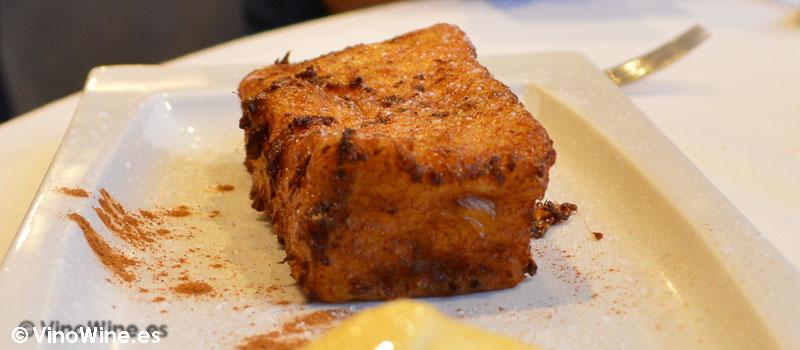 Torrija con helado de vainilla bourbon de Restaurante 33 en Tudela