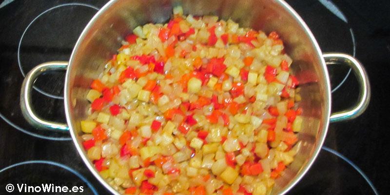 mezcla y cuece brevemente receta milhojas de boquerones verduras y wonton de Toni Grimalt