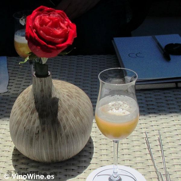 Pétalo de rosa y gin tónic de manzana como entrantes de Quique Dacosta en Denia
