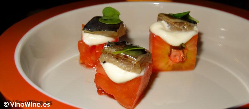 Tomate en osmosis de salmuera de cebolla crema de raifort y sardina ahumada de Restaurante Bon Amb