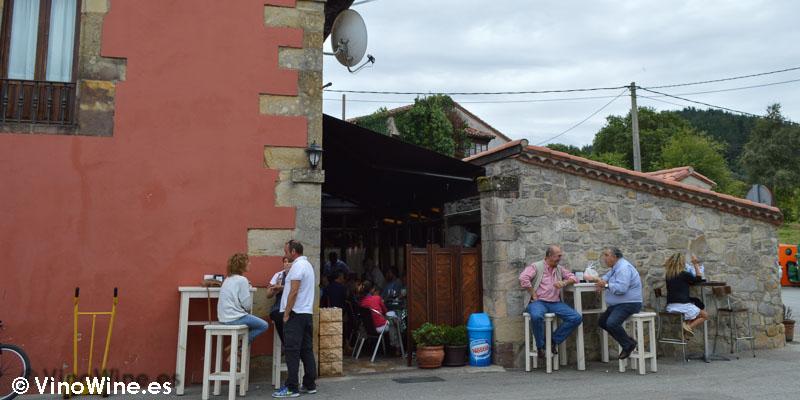 Esperando mesa en Hermanas Cofiño en Cantabria