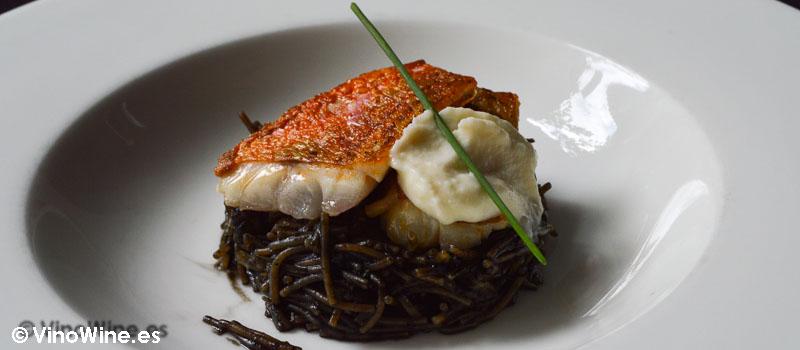 Fideo negro de calamar lomo de salmonete y coliflor de Restaurante Nueva Torruca en Cantabria