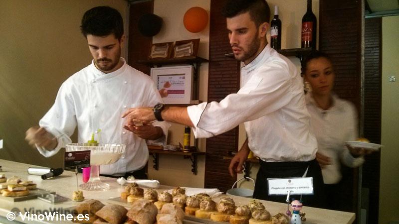 Gente joven en la oferta de tapas de la Feria de Cocentaina en Alicante