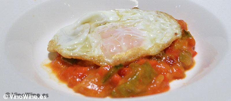Pisto con  huevo frito de Bodega García de la Navarra