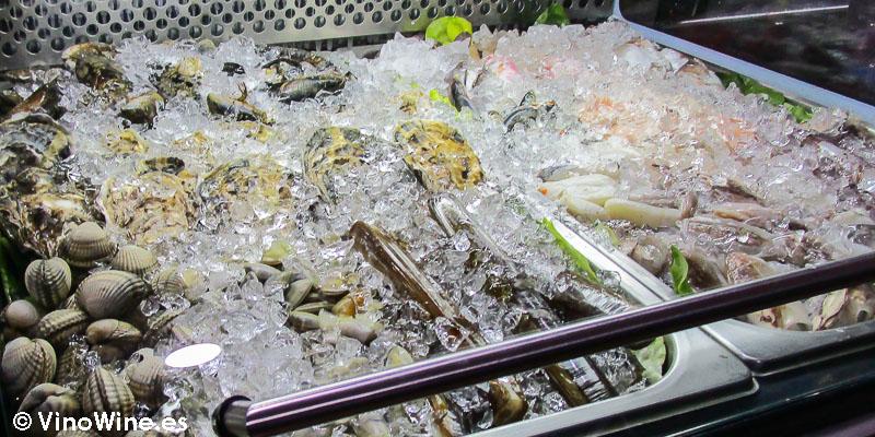 Vitrina de pescado fresco en el Bar Bus de Denia