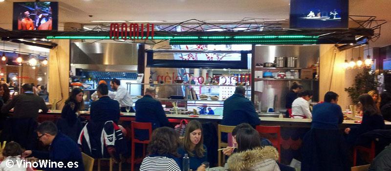 A tope las mesas y barra del Momiji en Martin & Mary Sushi Bar en Valencia