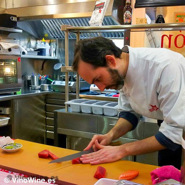 Cortando el atún en Momiji en Martin & Mary Sushi Bar en Valencia