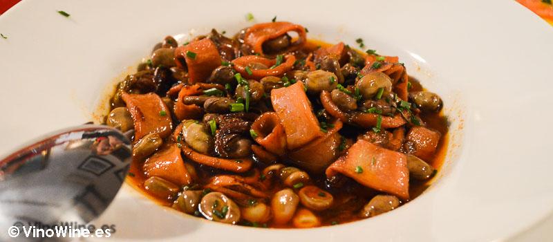 Calamares con habas y ajos tiernos de Tavella en Valencia