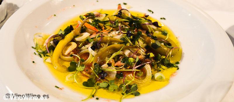 Ensalada de ventresca de atún con tomate valenciano rallado y piparras de Tavella en Valencia