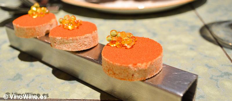 Polvorón de tomate y caviaroli de arbequina de Disfrutar en Barcelona