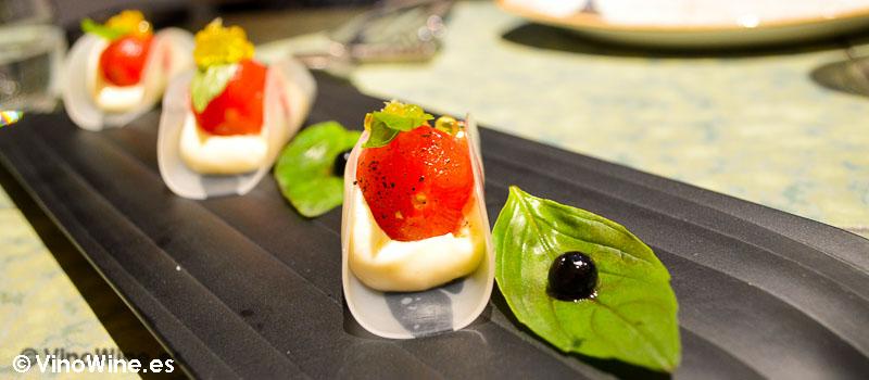 Taco de tomate con parmesano a la albahaca de Disfrutar en Barcelona