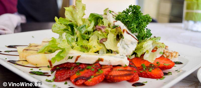 Ensalada de queso gorgonzola pera y nueces Pau de Benicarlo
