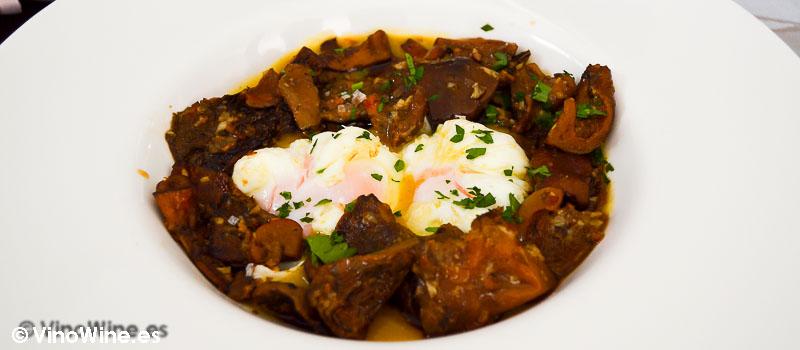 Huevo pochado a baja temperatura, cremoso de verduritas, rovellons jamón ibérico y trufa Pau de Benicarlo