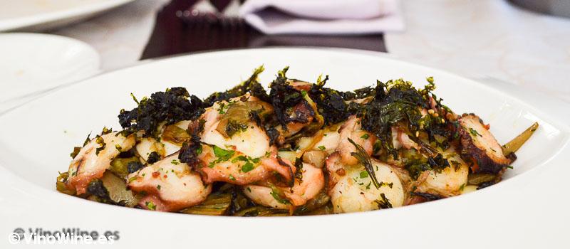 Salteado de pulpo a la brasa sobre patata, láminas de alcachofa, crispy de algas marinas y aceite especiado de pimentón de la Vera en Pau de Benicarló