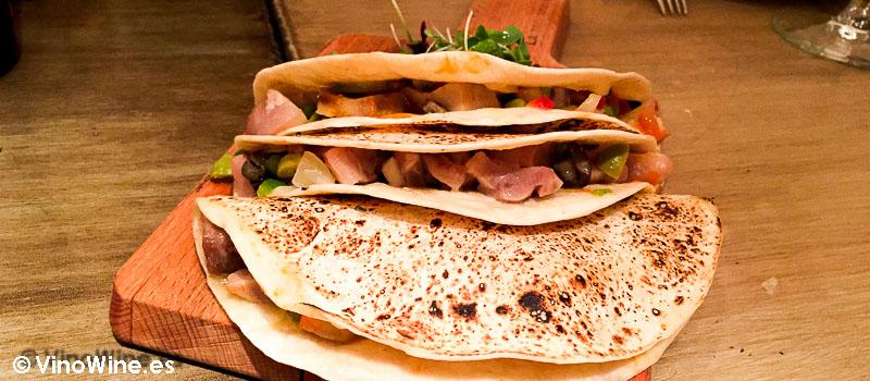 Tacos de morro con encurtidos y anchoa de La Tasquería en Madrid