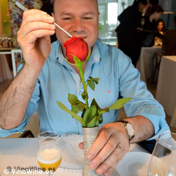 Jose Ruiz desojando la rosa del Poblet de Quique Dacosta en Valencia
