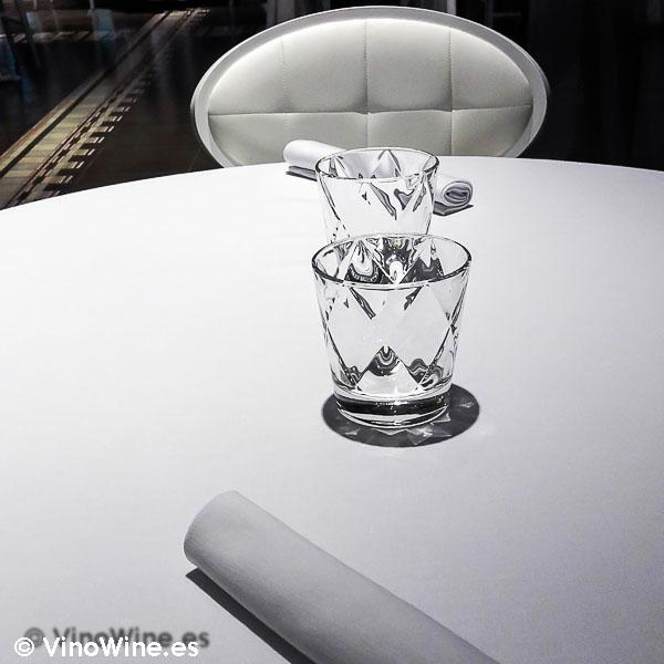 Mantelería blanca viste las mesas del Audrey's en Calpe