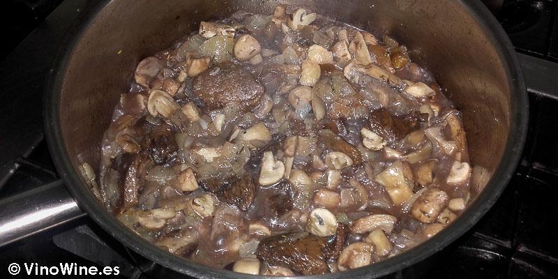 Pochar cebolla y setas para la receta de pasta tagliatelle con setas y foie