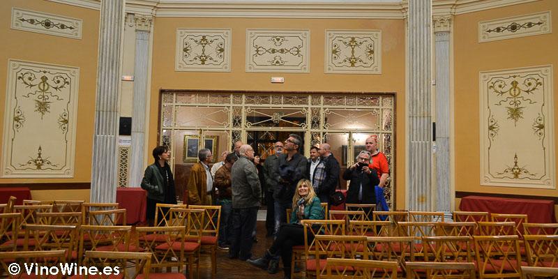 Encuentro Restauranteros en Alcoy admirando el edificio del Círculo Industrial