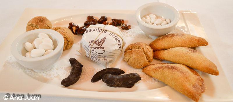 Mantecadas, pastissets de moniato, peladilles y naranja con chocolate de Restaurante La Gruta en el Círculo Industrial de Alcoy