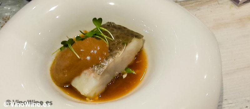 Bacalao con calamarcitos jugo de ave ajies y espuma de ajo negro de Restaurante Gadhus en Valencia