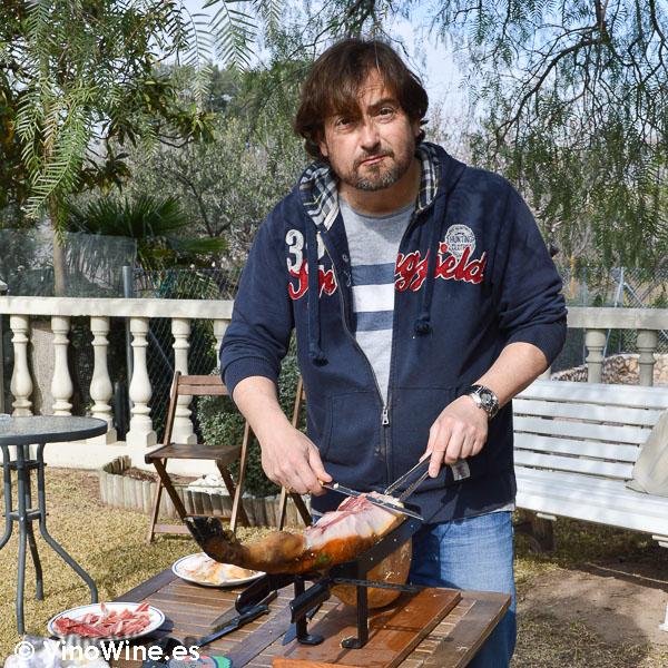 José Enrique cortando jamón con los amigos botjos pel vi
