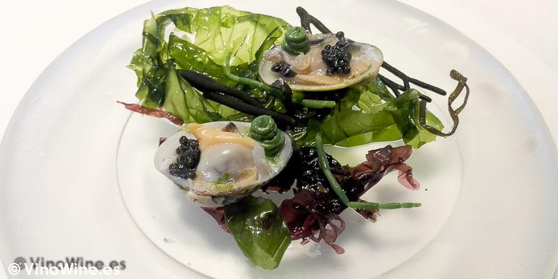 Almejas con caviar y lima de Restaurante L'ABaC en Barcelona