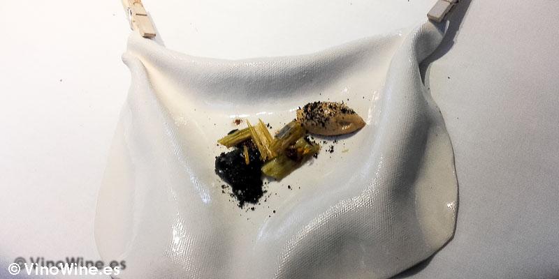 Calçots crocantes carbón de ajo negro y romesco emulsionado de Restaurante L'ABaC en Barcelona