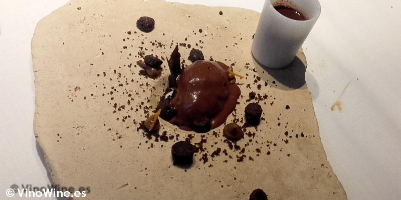 Infusión caliente de chocolate especiado, rocas de cacao y vainillade Restaurante L'ABaC en Barcelona