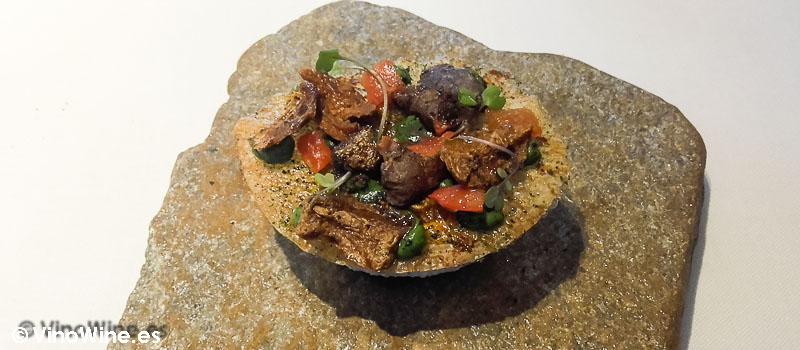 Pizzeta de erizos fosilizados con manteca de plancton y tomates secos de Restaurante L'ABaC en Barcelona