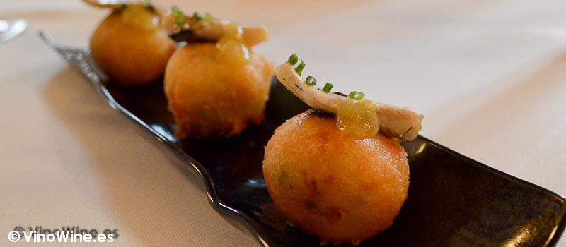 Buñuelos de merluza y sus cocochas del Restaurante Cenador de Amós en Cantabria