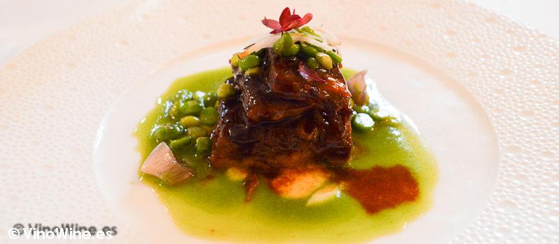 Falda de tudanca sobre guisante de lágrima del Restaurante Cenador de Amós en Cantabria