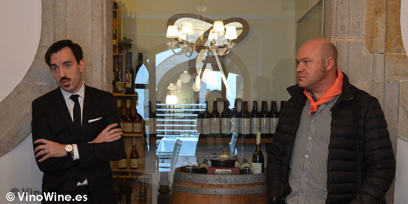 Urko Mugartegui y José Ruiz frente a la bodega del Restuante Cenador de Amós en Cantabria