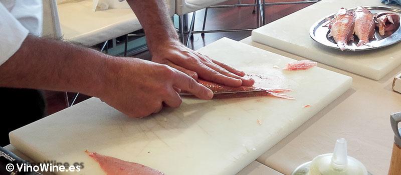 Limpieza y fileteado de los salmonetes en el taller en Vinícolas by Raúl Aleixandre