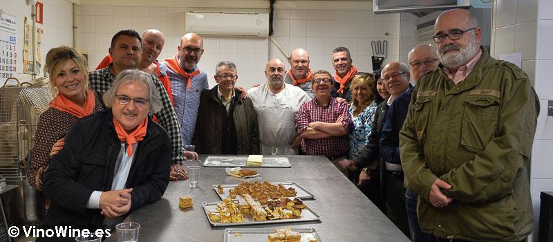 Restauranteros en el obrador de San Miguel probando el Hojaldre de Torrelavega en Cantabria