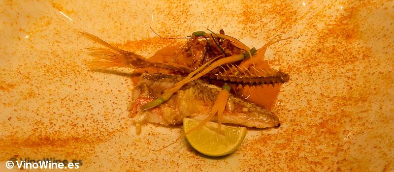 Centolla gallega con el curri de su coral, erizos, coco y galanga. Salmonete frito al revés de Diverxo con Daviz Muñoz