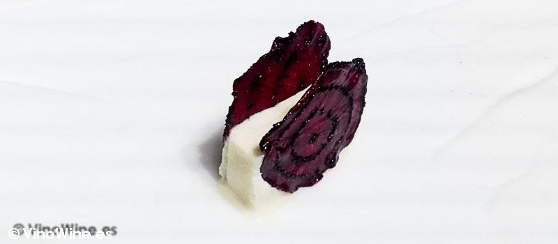 Helado de leche de cabra y galleta de remolacha de Diverxo con Daviz Muñoz