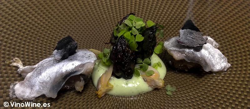 Pipil de algas, espárragos atemperados y coquinas Niguiris socarrats a la llama incandescente con bergamota y jalapeños de Diverxo con Daviz Muñoz