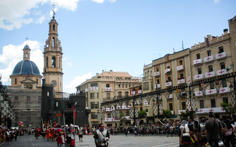 Plaza de España en Alcoy durante las fiestas de Moros y Cristianos