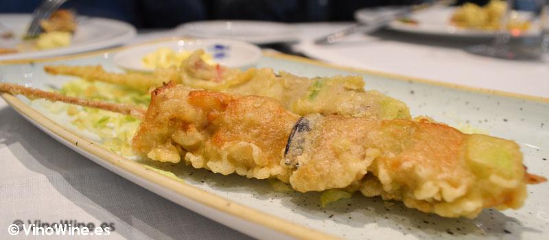 Brochetas de atun rojo en tempura del Restaurante El Campero en Barbate