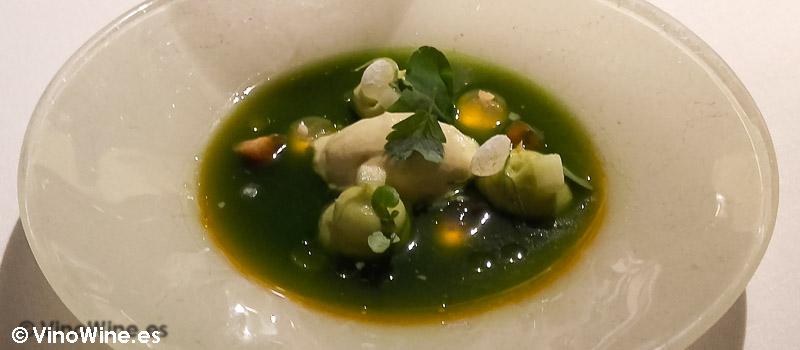 Ensalada verde: Aguacate, pepino, lima, acedera, chartreuse, shiso verde, estragón, rúcula, oxalis, sorbete de aceituna y aceite de oliva del Restaurante El Celler de Can Roca